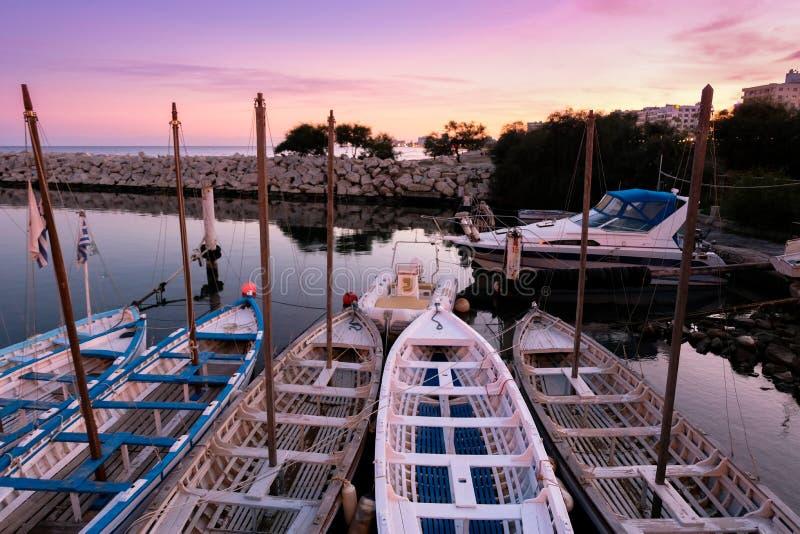 Sonnenuntergang am Jachthafen in Larnaka stockbilder