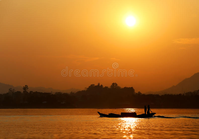 Sonnenuntergang am Kaptai See von Bangladesch stockbilder