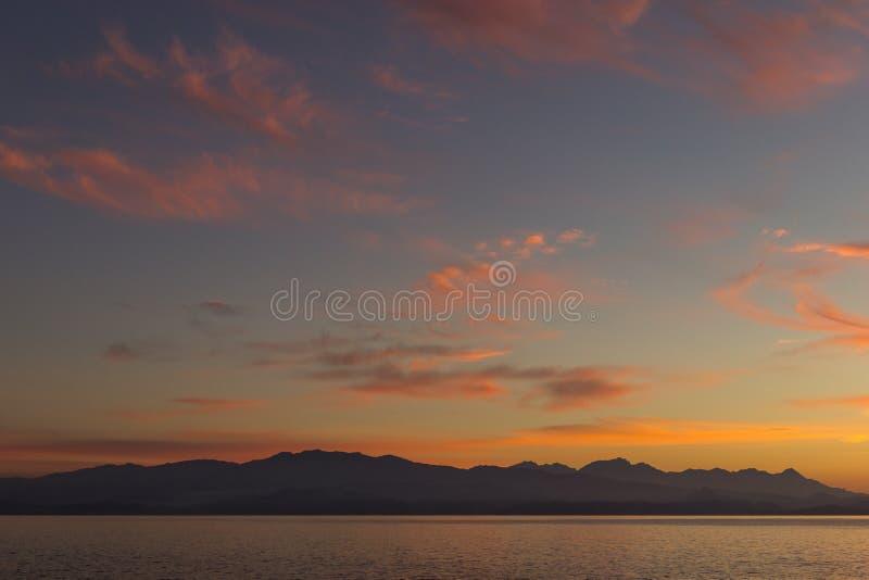 Sonnenuntergang in Korsika, Ansicht des Meeres und der Berge lizenzfreies stockfoto