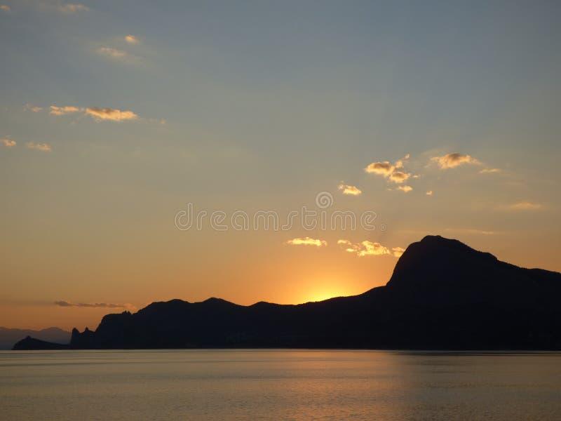 Sonnenuntergang in Krim: der Sun sind gerade hinter den Bergen verschwunden stockfotos