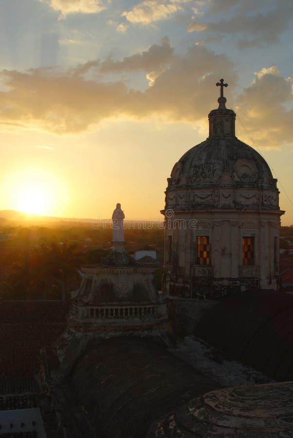 Sonnenuntergang an La Merced-Kirche in Nicaragua lizenzfreie stockbilder