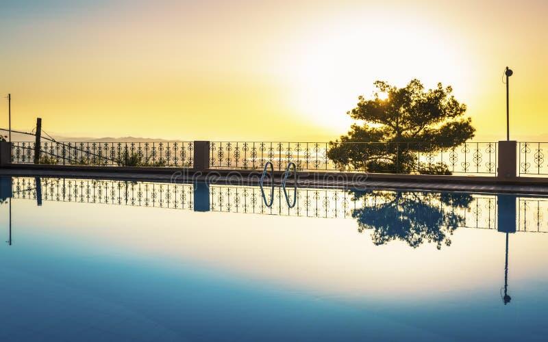 Sonnenuntergang Largre-Swimmingpool-amerikanischen Nationalstandards über Chania, Kreta, griechische Inseln, Griechenland, Europe stockbilder