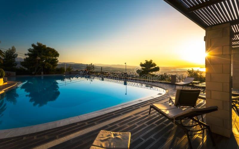 Sonnenuntergang Largre-Swimmingpool-amerikanischen Nationalstandards über Chania, Kreta, griechische Inseln, Griechenland, Europe stockfotos