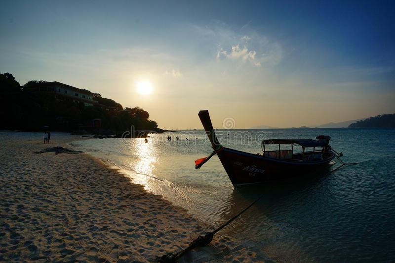 Sonnenuntergang in Lipe-Insel, Thailand lizenzfreie stockfotos