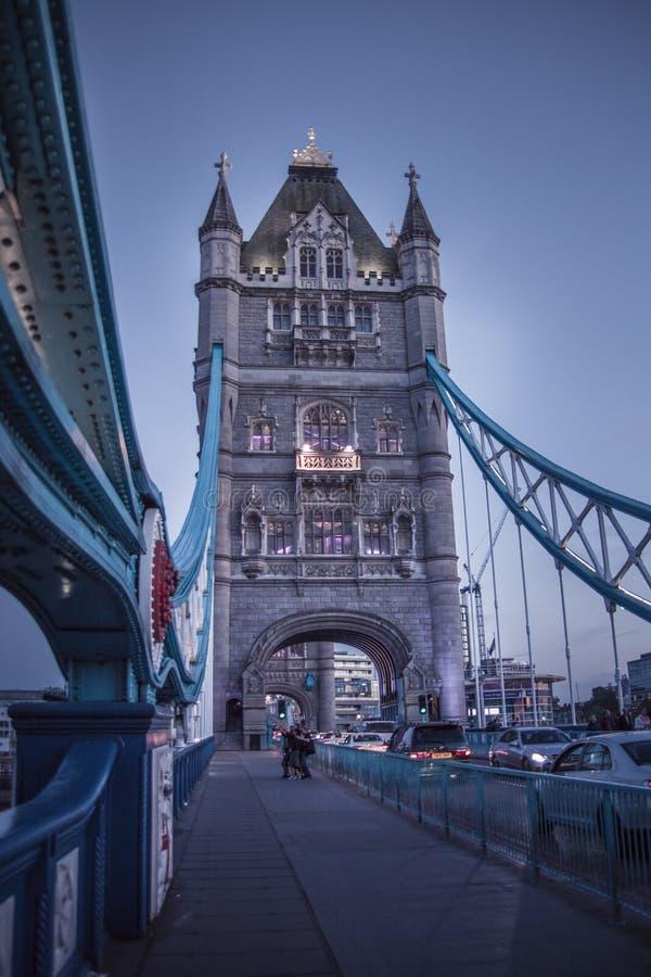 Sonnenuntergang in London in der Turmbrücke lizenzfreie stockfotos