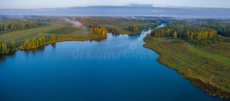 Sonnenuntergang-Luftbild auf dem Fluss in Urrussland Drohnenfotografie lizenzfreies stockbild