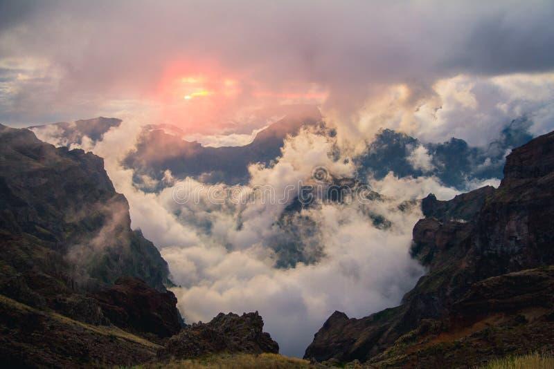 Sonnenuntergang in Madeira-Bergen stockfotos