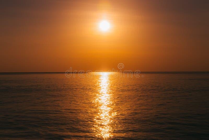 Sonnenuntergang am Meerblick, Sonne dachte über Wasser nach stockfoto