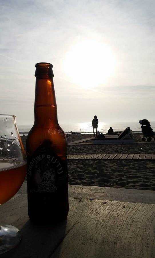 Sonnenuntergang mit Bier lizenzfreies stockfoto