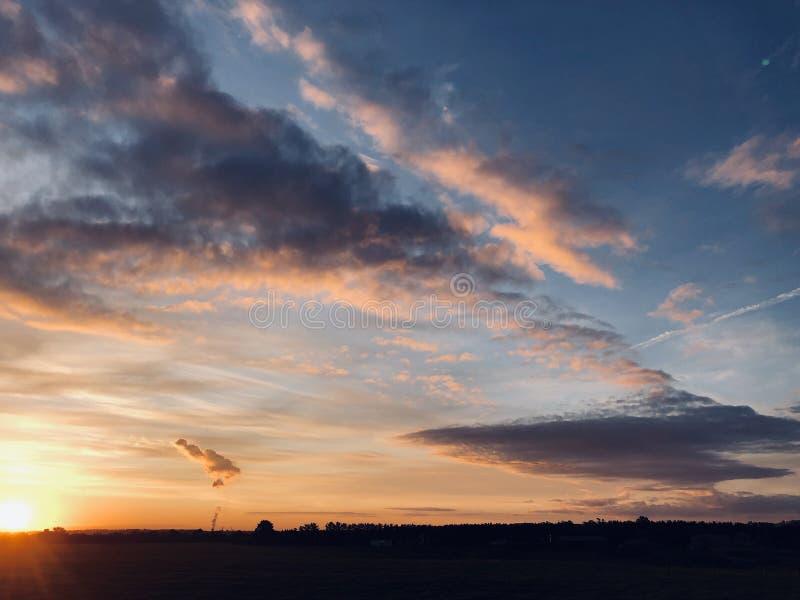 Sonnenuntergang mit Blick auf das Zuhause lizenzfreie stockfotografie