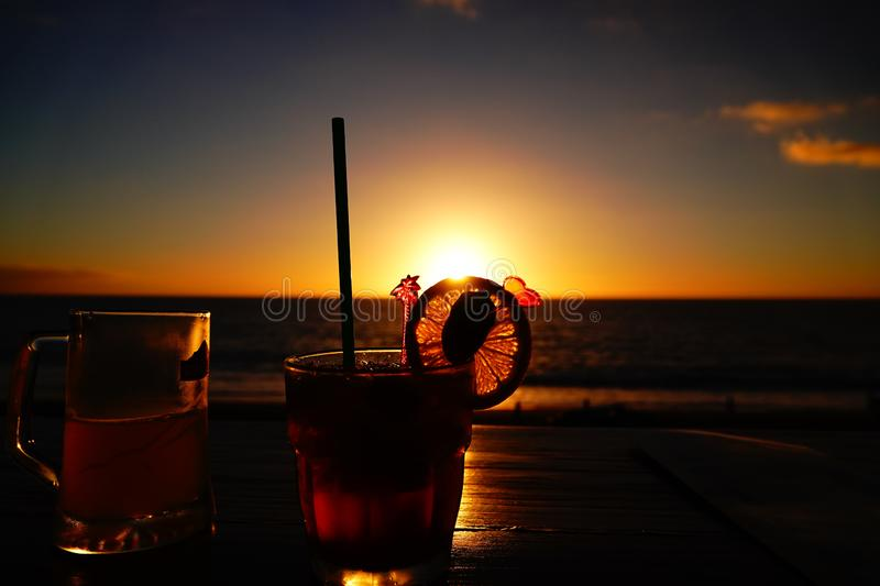 Sonnenuntergang mit Cocktail stockfoto