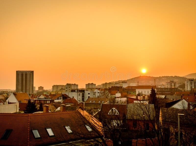Sonnenuntergang mit dem höchsten Gebäude in Pecs stockbild