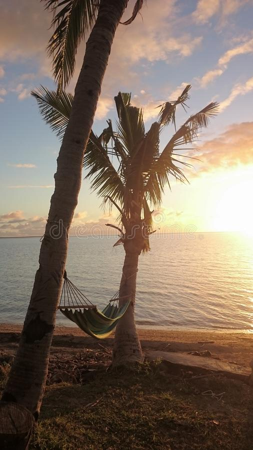 Sonnenuntergang mit einer Hängematte lizenzfreie stockfotos