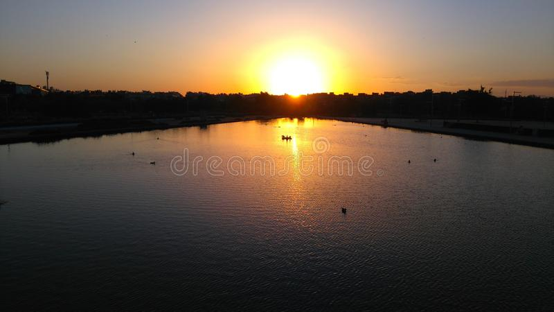 Sonnenuntergang mit Enten lizenzfreies stockbild
