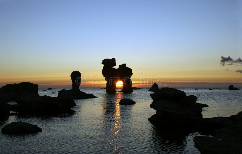Sonnenuntergang mit Felsen stockfotografie