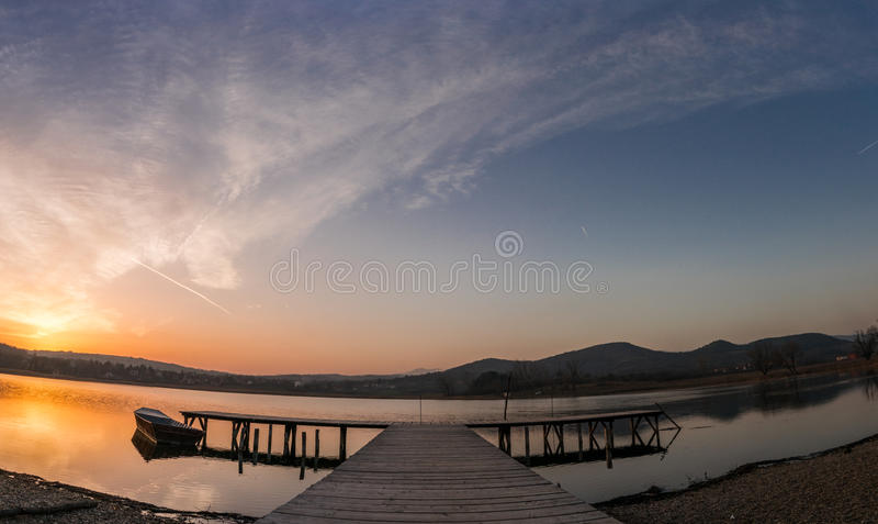 Sonnenuntergang mit Fischerbooten auf dem See lizenzfreie stockfotografie