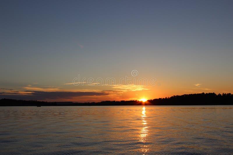 Sonnenuntergang mit Fischerbooten auf dem See lizenzfreies stockfoto