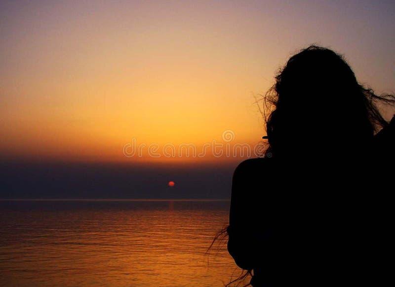 Sonnenuntergang mit Frauen lizenzfreie stockfotos