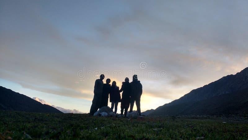 Sonnenuntergang mit Freunden lizenzfreies stockbild