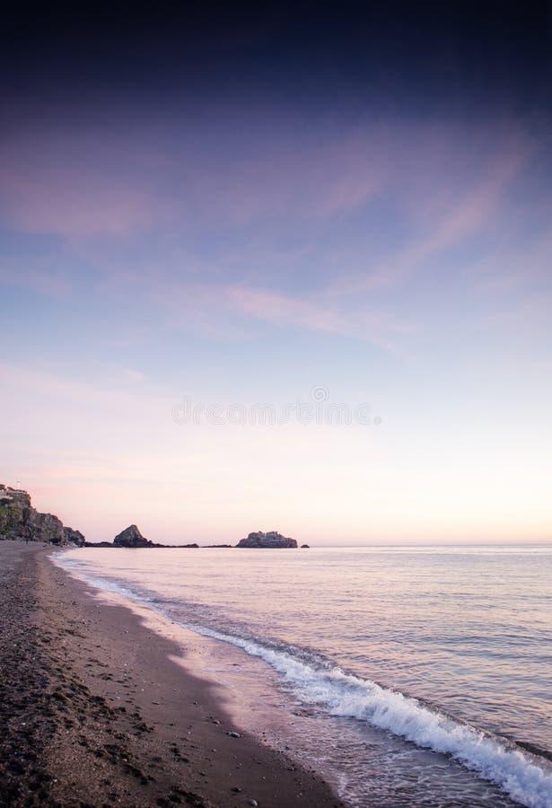 Sonnenuntergang mit Kreuz im Hintergrund stockbild