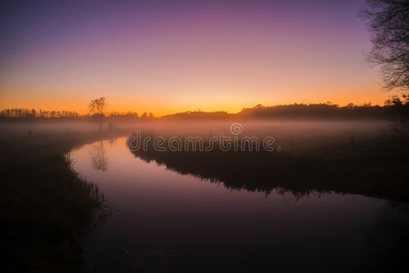 Sonnenuntergang mit Nebel stockbild