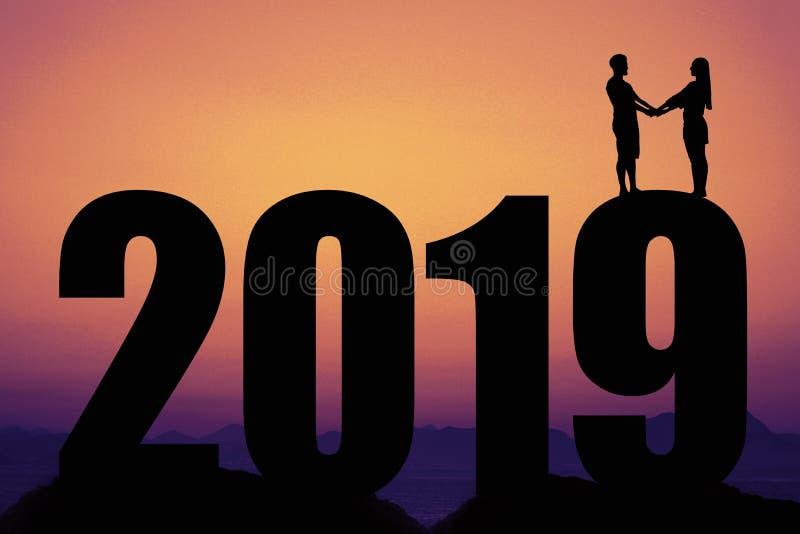 Sonnenuntergang mit Schattenbild des neuen Jahres 2019 mit Paaren in der Liebe stockfotografie