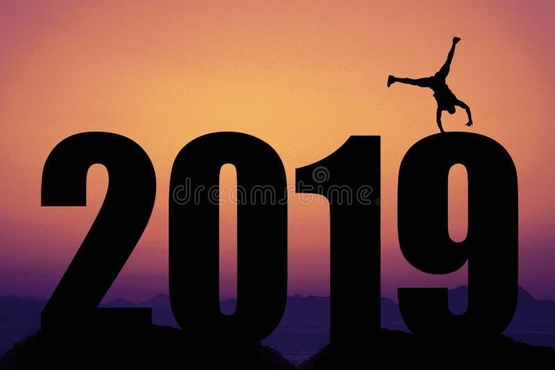 Sonnenuntergang mit Schattenbild des neuen Jahres 2019 mit Turner als Symbol für lizenzfreie stockfotografie