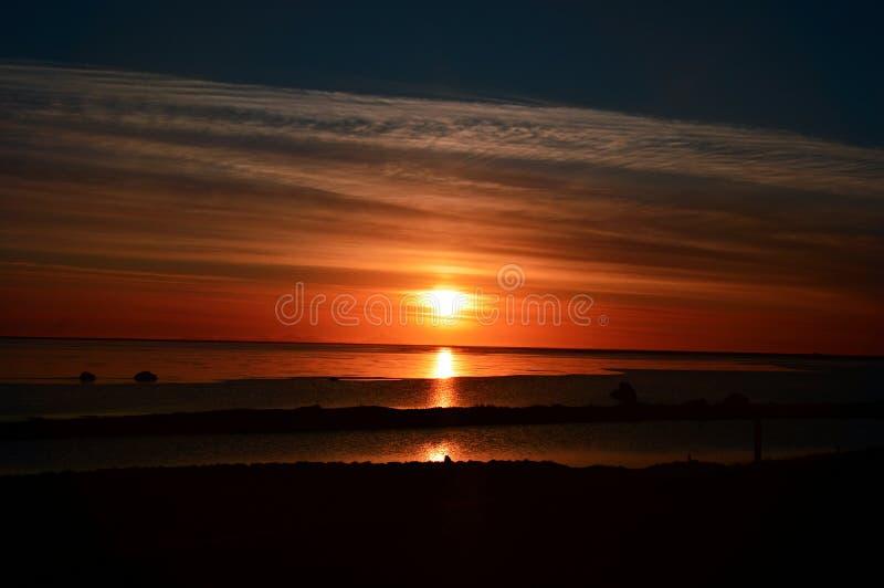 Sonnenuntergang mit Seeansicht in Island lizenzfreie stockbilder