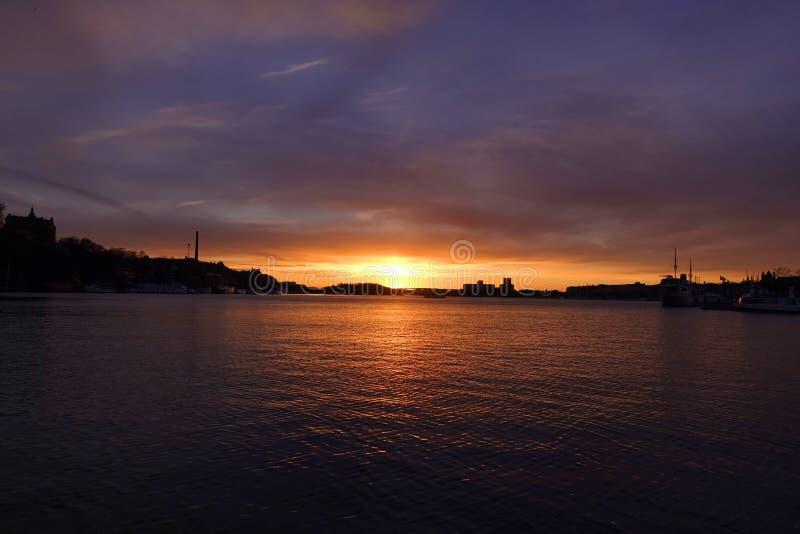 Sonnenuntergang mit Seeblick stockfoto