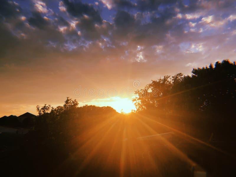 Sonnenuntergang mit Sonnenstrahlen stockbild