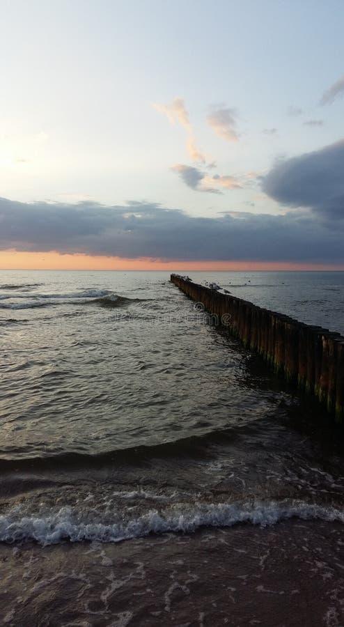 Sonnenuntergang mit Wellenbrecher 3 lizenzfreies stockbild