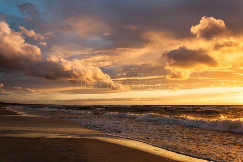 Sonnenuntergang mit Wolken lizenzfreie stockfotos