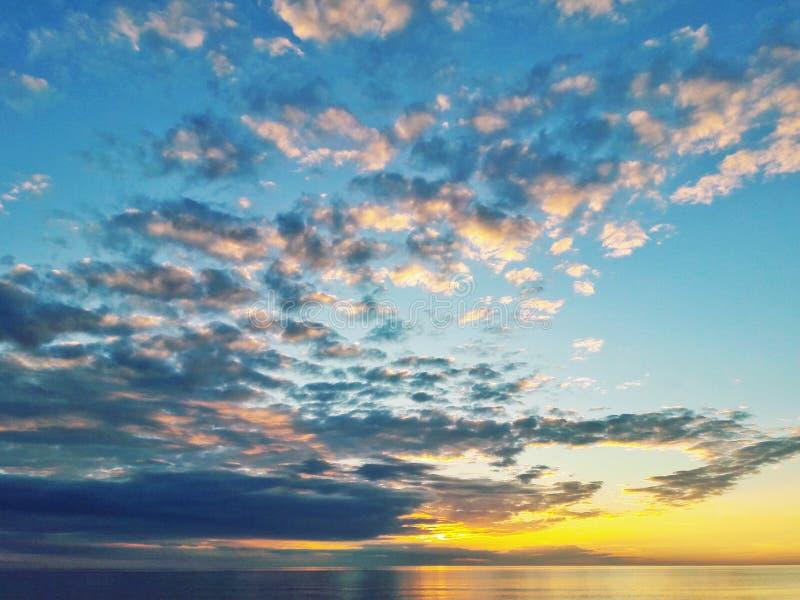 Sonnenuntergang mit Wolken stockbild