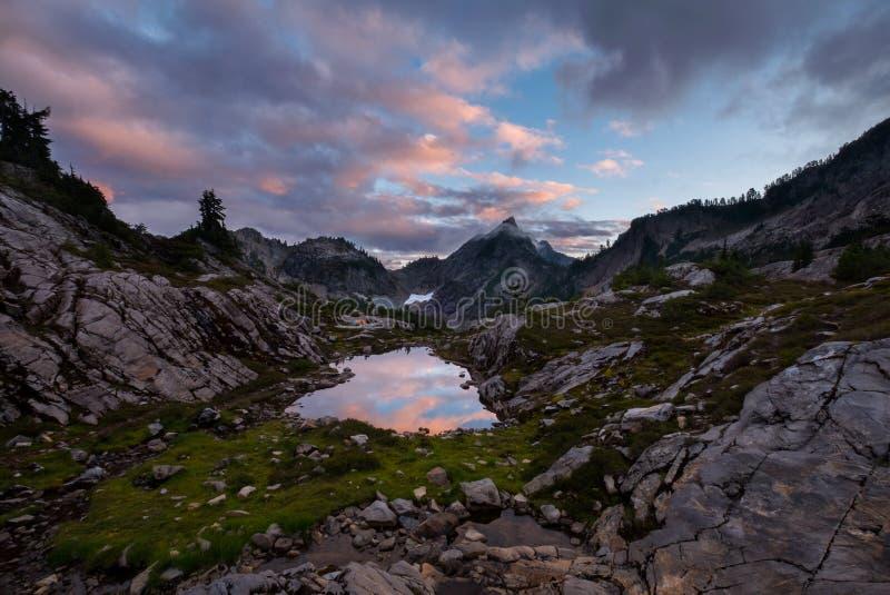 Sonnenuntergang mit Wolken in den Bergen stockfoto