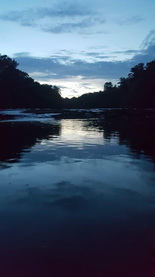 Sonnenuntergang am Mord-Nebenfluss lizenzfreies stockbild