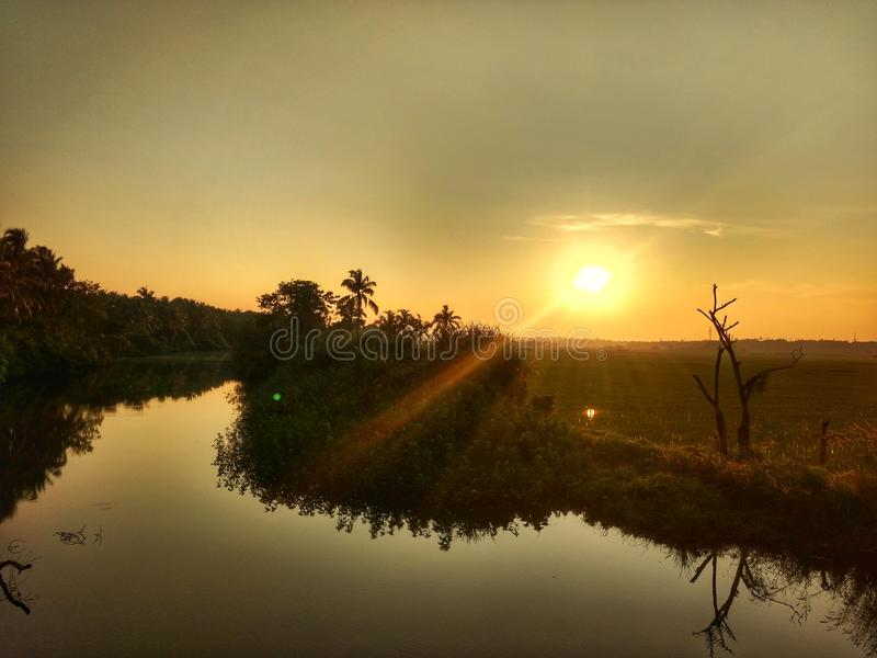 Sonnenuntergang nahe See stockfoto