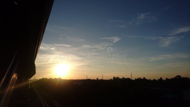 Sonnenuntergang neben der Schiene lizenzfreies stockbild