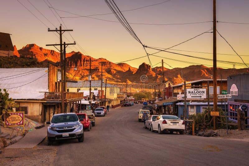 Sonnenuntergang in Oatman auf Route 66 in Arizona lizenzfreie stockfotografie