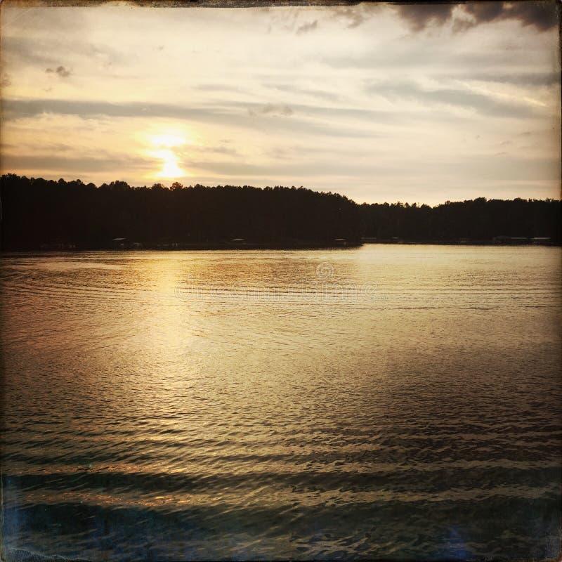 Sonnenuntergang oder Sonnenaufgang im See Hartwell Georgia stockbilder