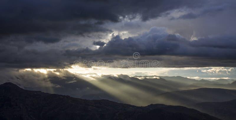 Sonnenuntergang oder Sonnenaufgang mit Wolken auf dem Berg stockfotografie