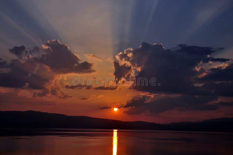 Sonnenuntergang in Ohrid See lizenzfreie stockfotografie