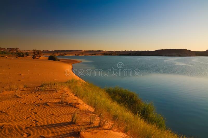 Sonnenuntergang-Panoramablick zur Yoa Seegruppe Ounianga-kebir Seen beim Ennedi, Tschad lizenzfreie stockfotos