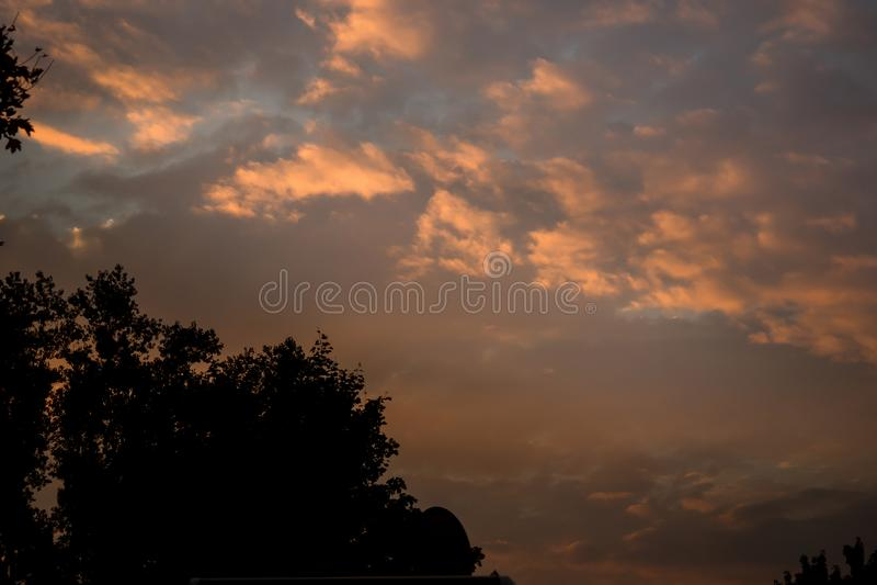 Sonnenuntergang am Parkplatz für Wohnmobile stockfotografie