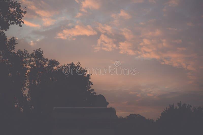 Sonnenuntergang am Parkplatz für Wohnmobile lizenzfreie stockfotos
