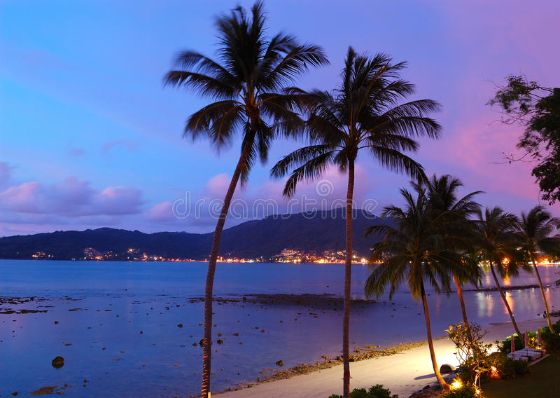Sonnenuntergang am Patong Strand lizenzfreies stockfoto