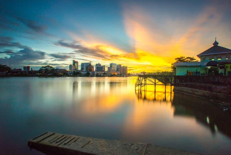 Sonnenuntergang in pengkalan Surabaya, Kuching stockfotos