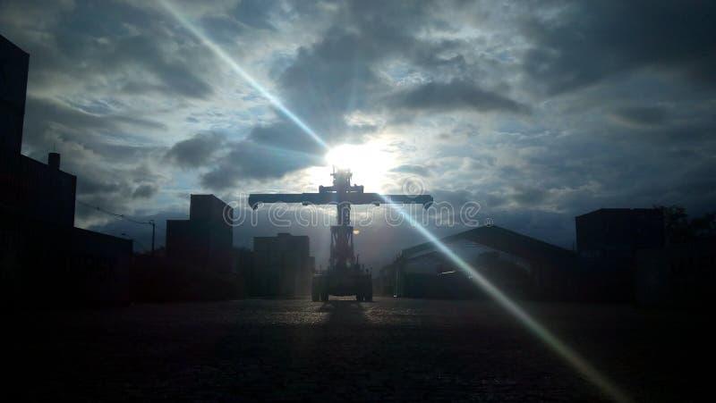 Sonnenuntergang-Porto-De Santos Reach Stacker lizenzfreie stockfotografie