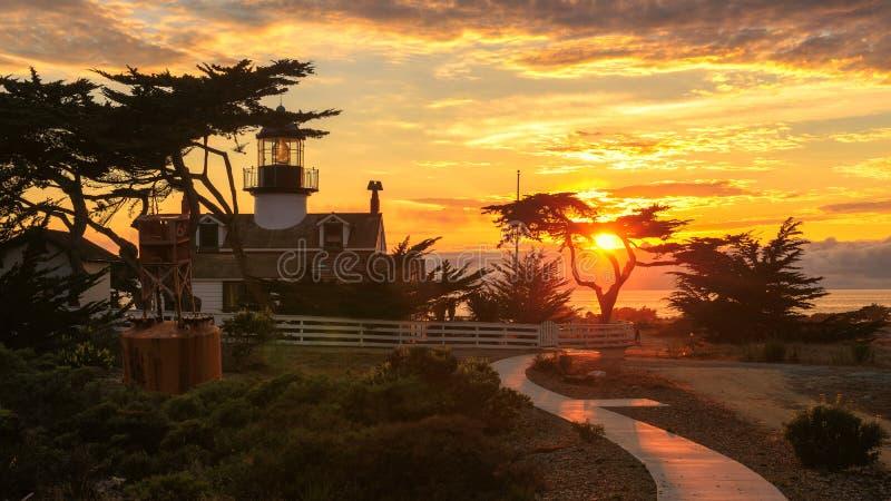 Sonnenuntergang an Punkt Pinos-Leuchtturm, Monterey, Pazifikküste lizenzfreie stockfotos