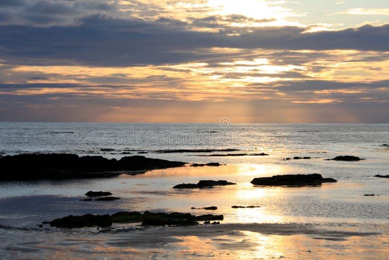 Sonnenuntergang reflektiert im Meer lizenzfreies stockbild