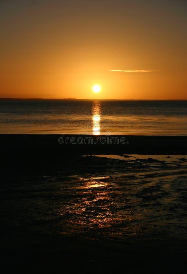 Sonnenuntergang reflektiert im Ozean stockbilder